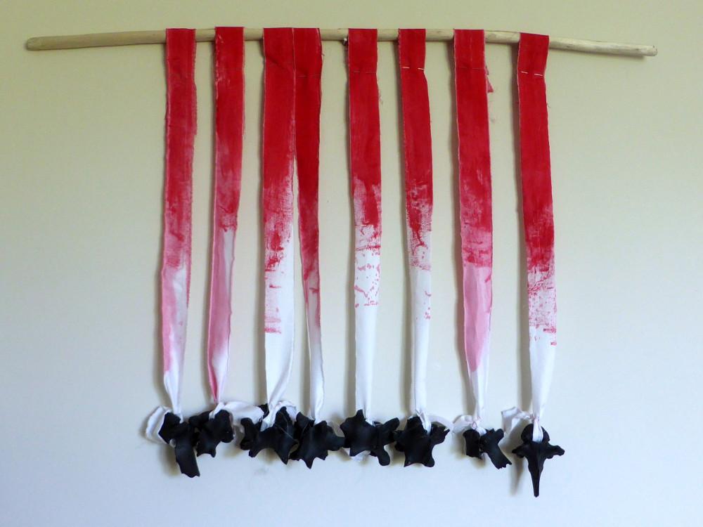 Rot-Weiss-Schwarz, 2015, 55x75 cm, Leintuch, Stock, Knochen, Acrylfarbe